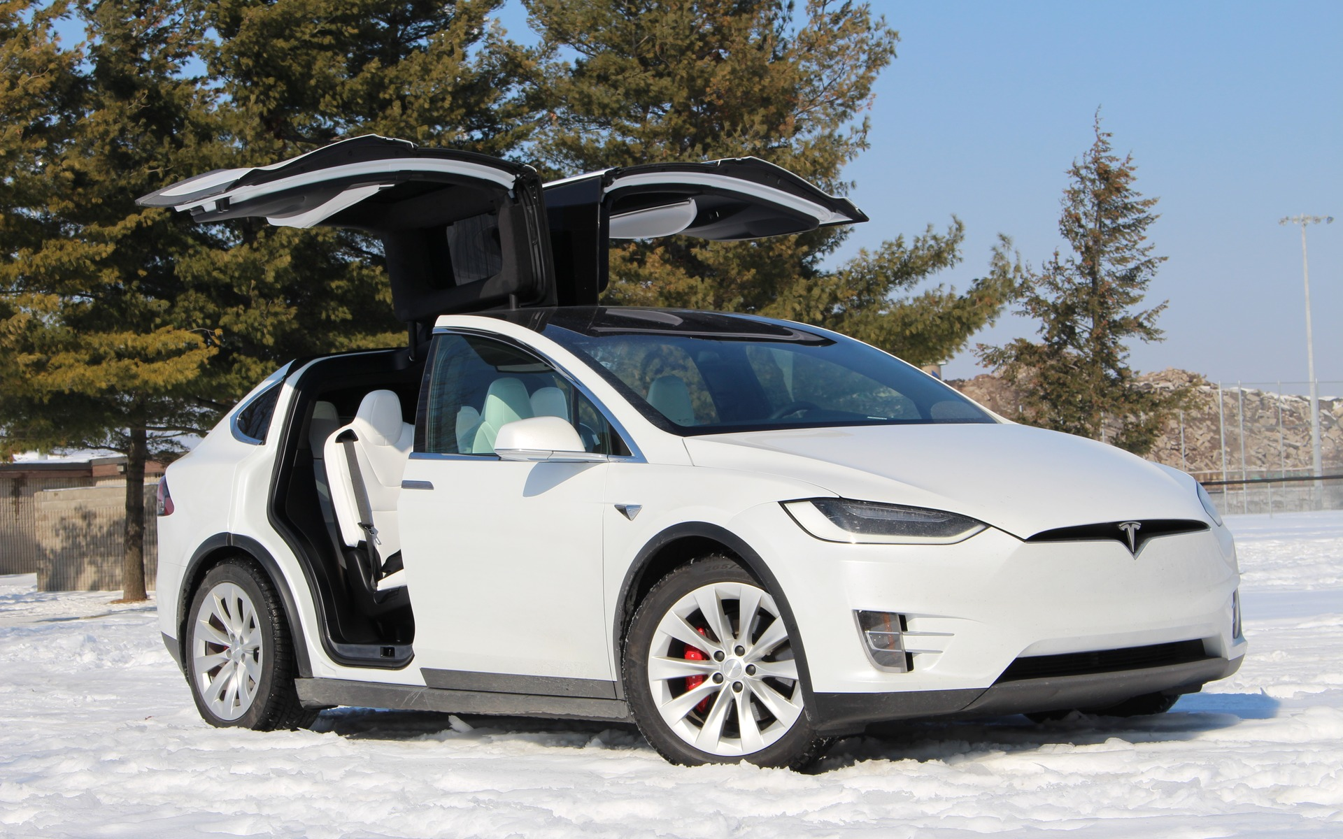 Tesla ia recalling about 135,000 vehicles because of the possibility of faulty touchscreens.