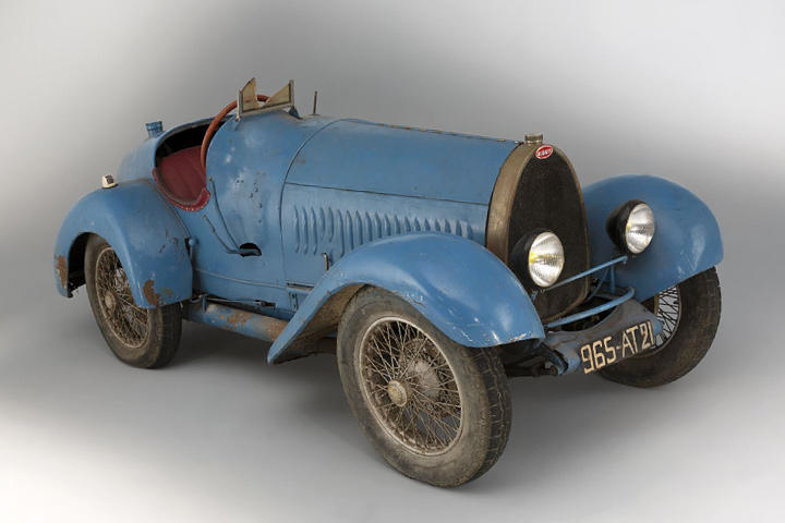 A 1925 Bugatti has just sold for a record price in a Paris auction.